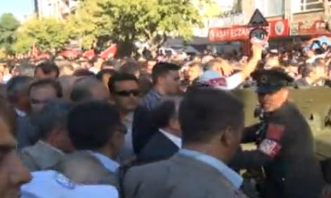 Şehit cenazesinde pet şişeli protesto