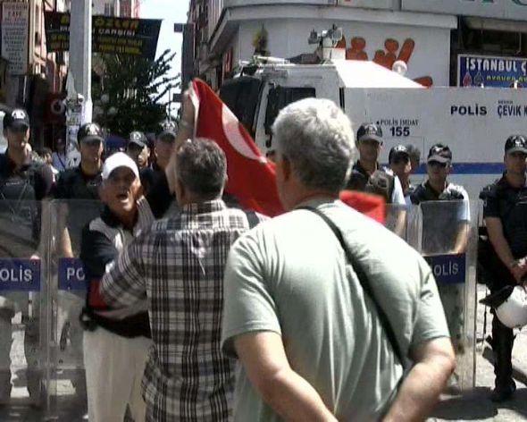 BDPli kadınlara Türk bayraklı tepki