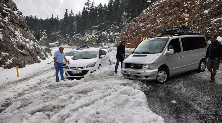 Mayıs ayında kar sürprizi: Yolda kaldılar