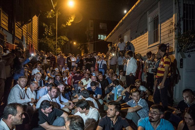 Meral Akşener'in evinin önünde gece nöbeti!