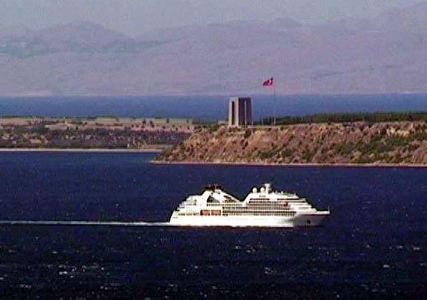 Ege Denizinde Gemiden Düşen Yolcu Aranıyor