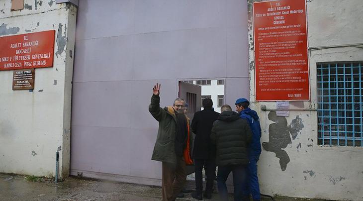 Sırrı Süreyya Önder kendi aracı ile cezaevine gidip teslim oldu