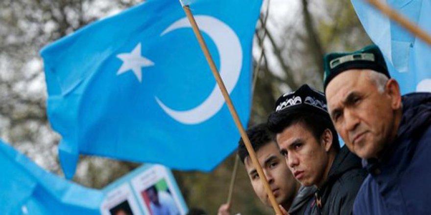 Atatürk Havalimanı'nda tutulan, 11 Uygur Türk'ü serbest