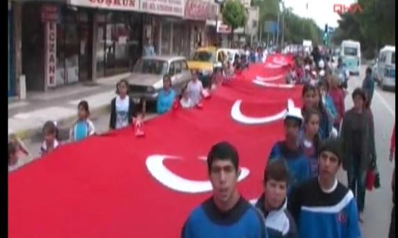 Bin kişi 45 mt bayrakla yürüdü Manisada