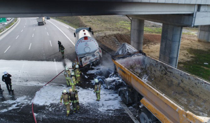 TEM'de tanker ile hafriyat kamyonunun çarpıştı yangın çıktı