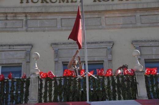 Bayrak Yine Çekildi