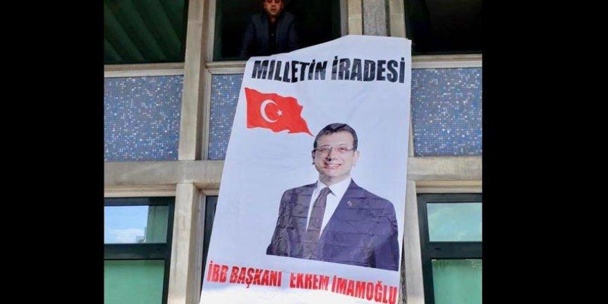 İBB binasında İmamoğlu fotoğrafıyla AKP'yi protesto