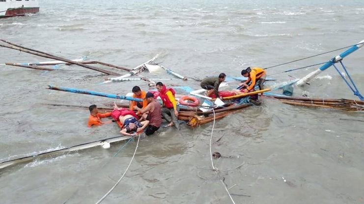 Filipinler'de 3 yolcu teknesi battı! 31 ölü, 4 kayıp