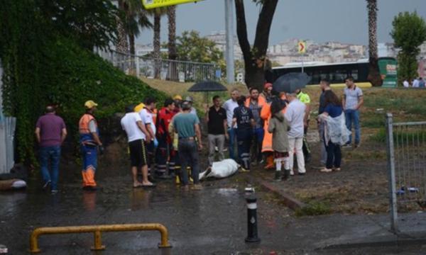 İstanbul'da yağmura teslim: 1 kişi öldü, yollar çöktü