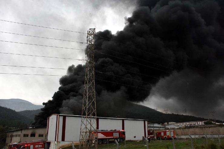 İzmir'de büyük yangın! Onlarca ekip bölgede