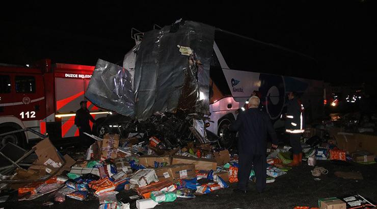 Düzce'de otobüs ile TIR çarpıştı: 2 Ölü ve 35 yaralı var