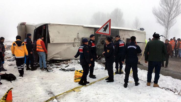 Isparta'da yolcu otobüsü devrildi! Çok sayıda yaralı var