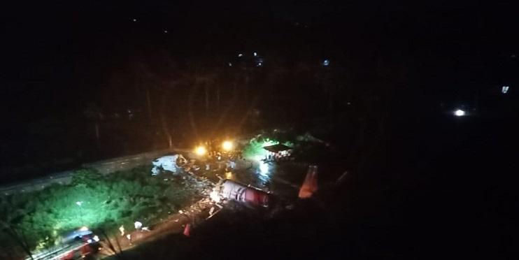 Hindistan uçağı 191 yolcusuyla inerken düştü!