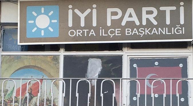 İYİ Parti Çankırı/Orta İlçe Başkanlığı binasındaki Atatürk posterine çirkin  saldırı!