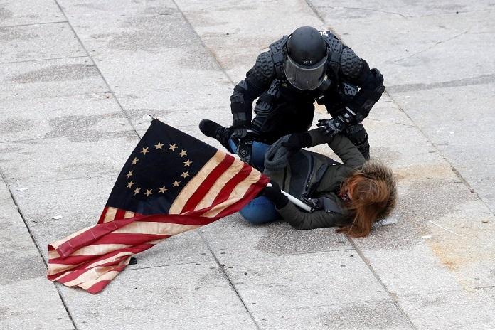 ABD'de Trump destekçileri Kongre binasına girdi! 4 Ölü