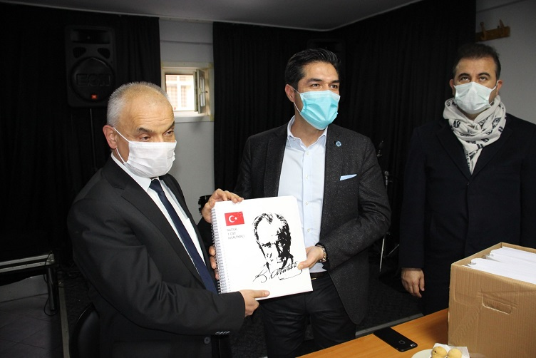 İYİ Parti İstanbul'dan 9 şehirde 14 adet Braille Alfabeli Nutuk dağıtımı gerçekleşti