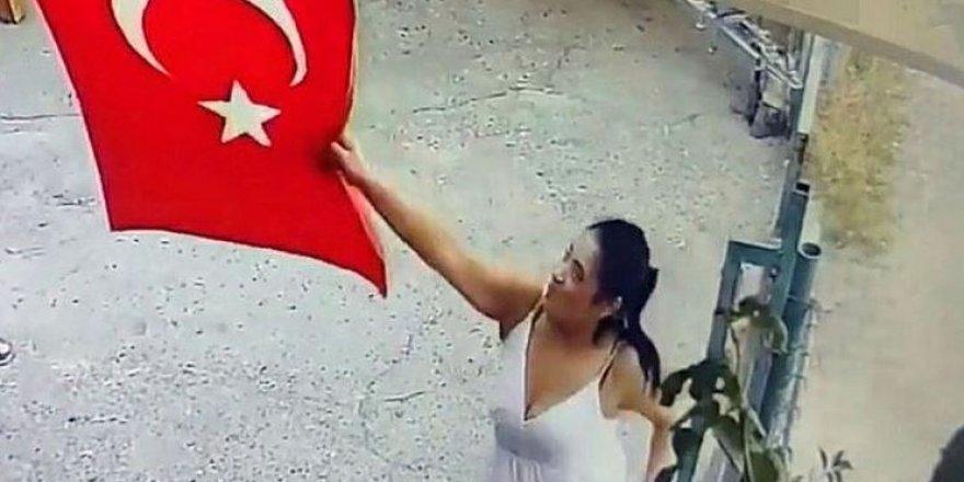 Türk Bayrağını çöpe attı