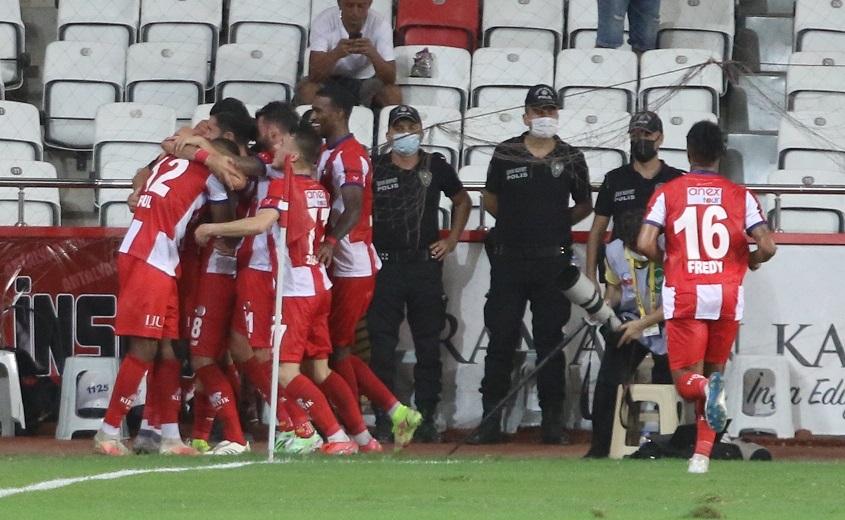 Beşiktaş, deplasmanda Antalyaspor'u 3-2 yendi