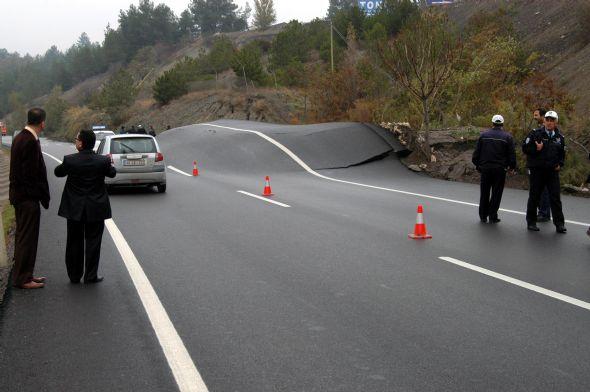 Heyelan, asfaltı 1,5 metre yükseltti