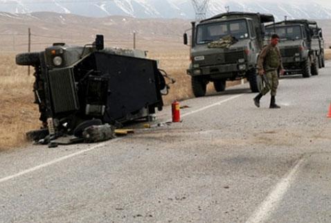 Başkalede askeri araç devrildi: 6 yaralı !