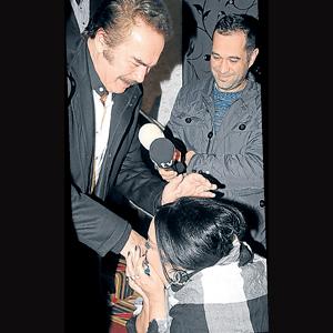 Nur Yerlitaş Orhan Babanın elini öptü