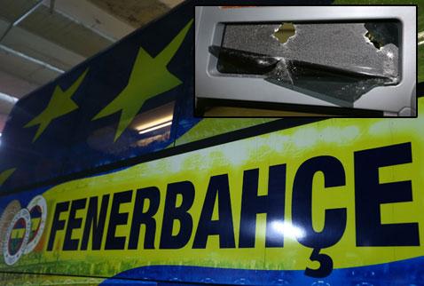 Fenerbahçenin takım otobüsüne taşlı saldırı