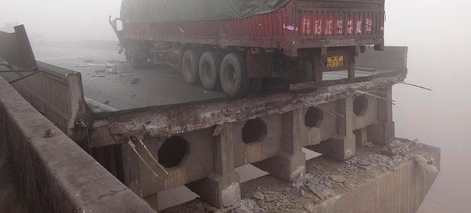 Çinde otoyolda köprü çöktü
