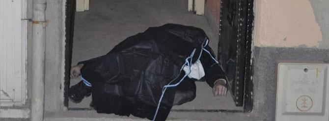 Maliye memuru evinin kapısında öldürüldü