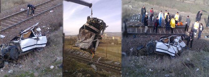 Raylara uçan otomobile tren çarptı: 2 ölü
