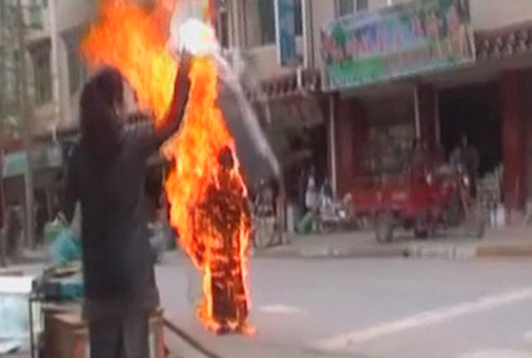 Tibetli rahip kendini yaktı