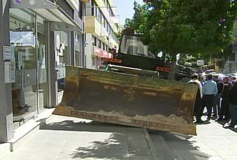 Bankaya buldozerli baskın