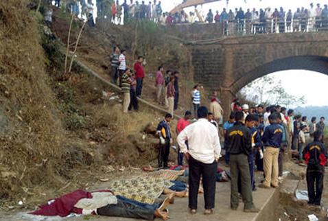 Hindistanda otobüs kazası: 37 ölü