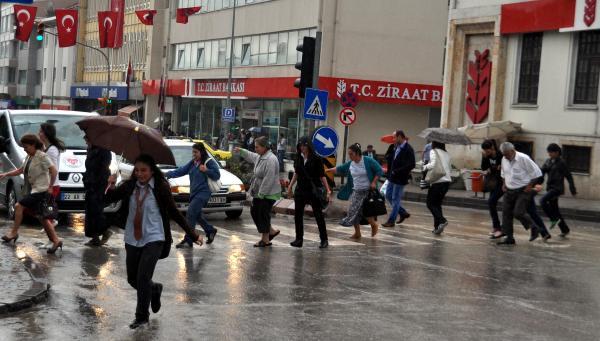 Edirnede sağanak yağış hayatı felç etti