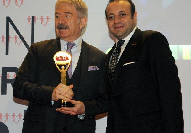 Bağışa Yılın En Başarılı Bakanı ödülü