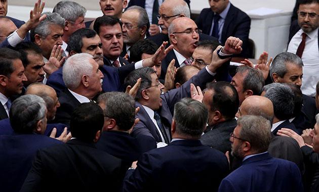 Mecliste milletvekilleri arasında yine arbede yaşandı