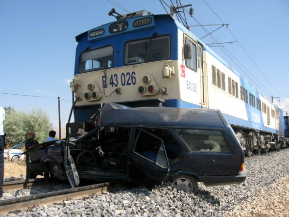 Tren otomobili biçti: 1 ölü, 2 yaralı