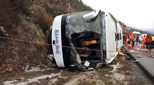 Ankarada otobüs devrildi: İki ölü