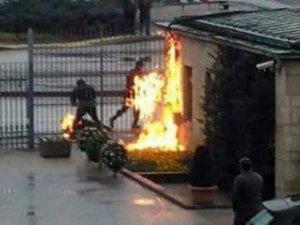 Meclis önünde kendini yaktı