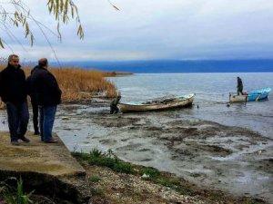 İznik Gölünde sular çekildi, kayıklar mahsur kaldı