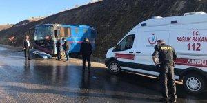 Sivas'ta mahkum taşıyan araç devrildi: 9 Yaralı