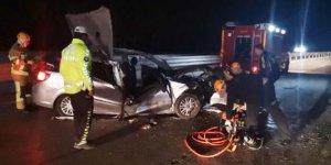 Otomobil, TIR'a çarptı! 1 Ölü, 4 yaralı