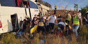 İstanbul'da yolcu otobüsü üst geçidin duvarına çarptı