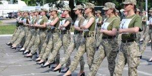 Askerlere giydirilen topuklu ayakkabılar ülkede kriz çıkardı