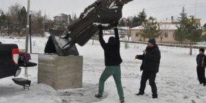Parasını alamayan heykeltıraş Atatürk heykelini söktü