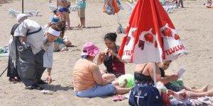 Plajdaki kadınlara kapanın broşürü